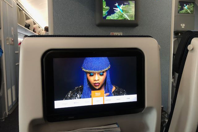 im Flugzeug nach Nairobi